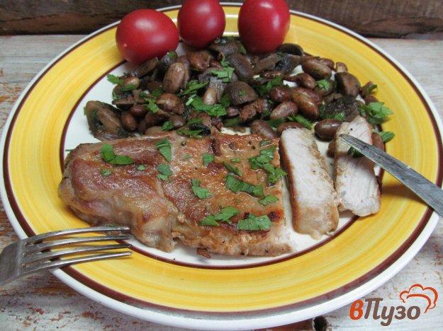 фото рецепта: Свиной стейк с грибами и фасолью