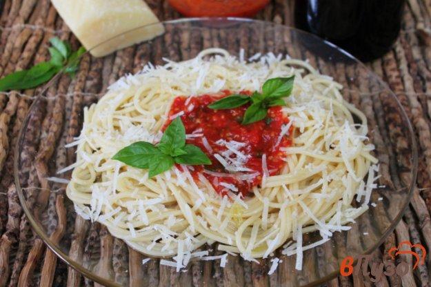 фото рецепта: Спагетти с томатным соусом и пармезаном