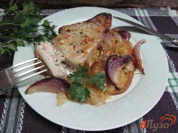 фото рецепта: Свиной стейк с яблоком и луком в медовом соусе