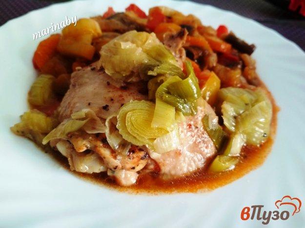 фото рецепта: Куриные бедрышки с луком-пореем в мультиварке