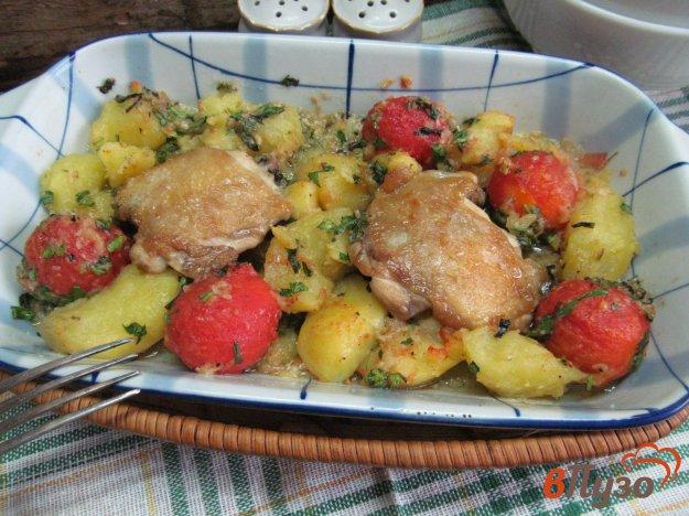 фото рецепта: Куриные бедра с овощами в соусе песто