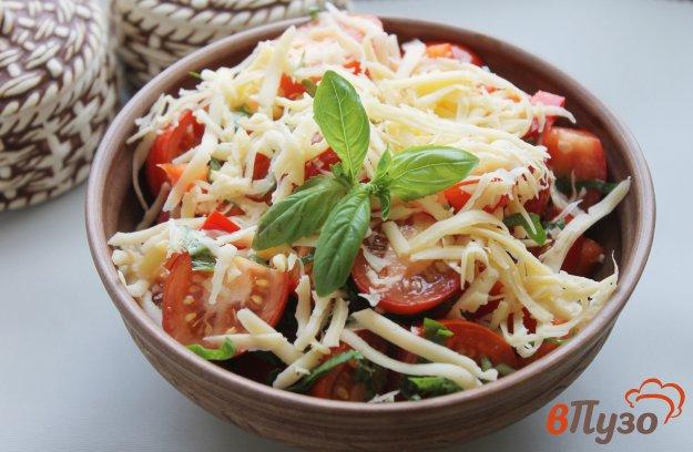 фото рецепта: Салат из помидоров черри, болгарского перца и твердого сыра