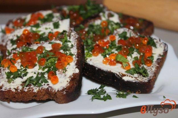 фото рецепта: Тосты из черного хлеба с красной икрой, зеленью и сливочным маслом