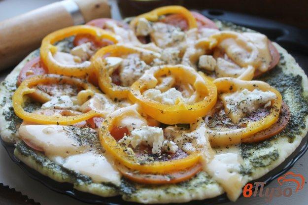 фото рецепта: Пицца на готовой основе с сыром, болгарским перцем и соусом