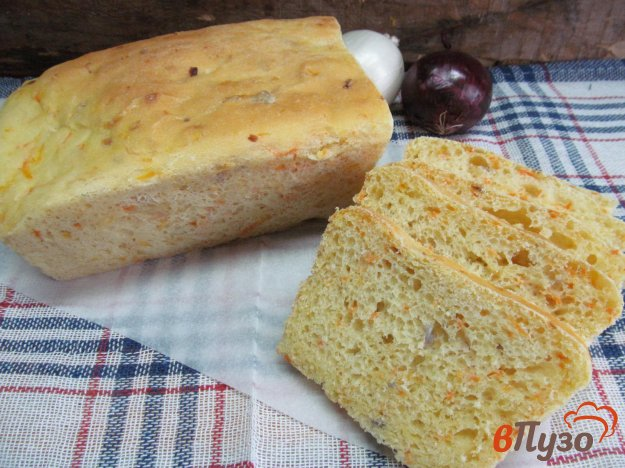 фото рецепта: Закусочный хлеб с морковью и луком