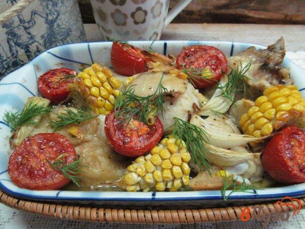 фото рецепта: Запеченная курица с кукурузой и помидором