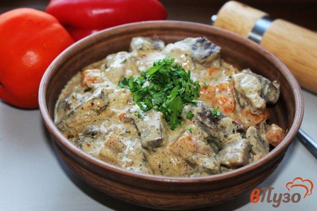 фото рецепта: Свиная печень с грибами и морковью в сметанном соусе