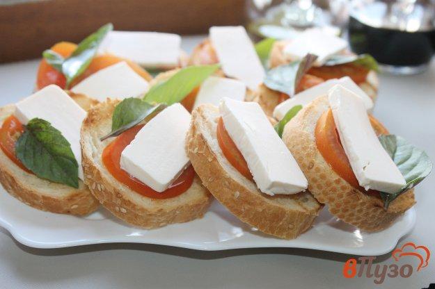 фото рецепта: Тосты с помидором, базиликом и сыром