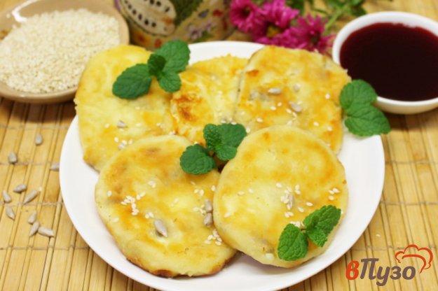 фото рецепта: Сырники с кунжутом и семечками