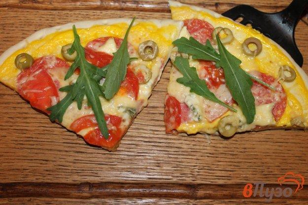 фото рецепта: Пицца на готовой основе с салями, голубым сыром и оливками