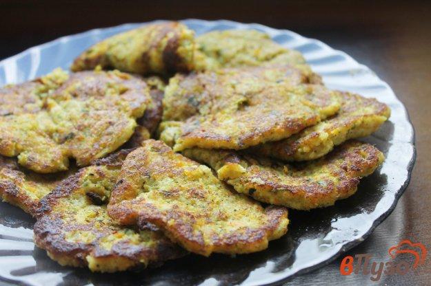 фото рецепта: Оладьи из брокколи, кабачка и моркови с зеленью