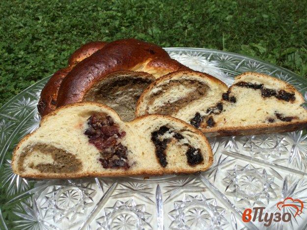фото рецепта: Дрожжевой пирог с брусникой, черносливом, изюмом и орехами