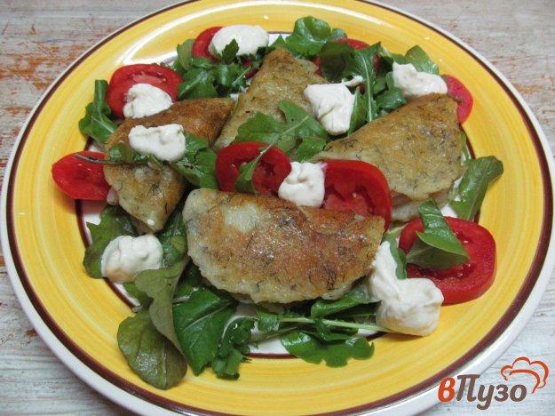 фото рецепта: Салат с картофельными блинчиками и помидором