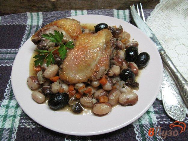 фото рецепта: Куриные бедра с фасолью и изюмом