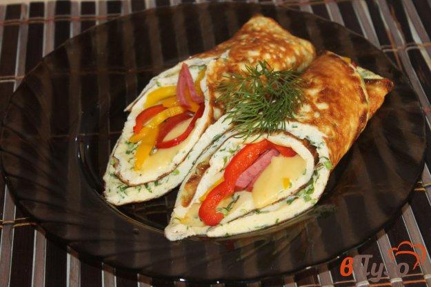 фото рецепта: Яичный рулет с перцем, сыром и колбасой