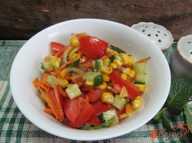 фото рецепта: Овощной салат с кукурузой и помидором