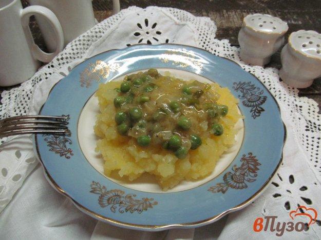 фото рецепта: Картофельное пюре под соусом из горошка