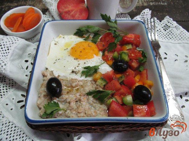 фото рецепта: Овсянка с сыром глазуньей и сальсой