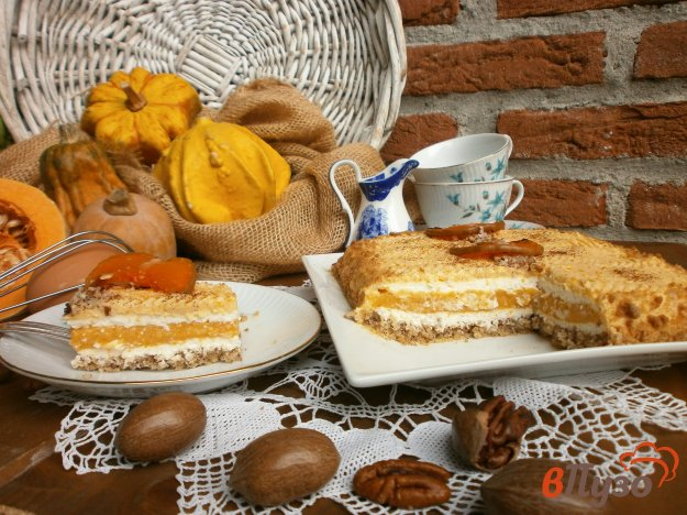 фото рецепта: Бисквитно - ореховый торт с тыквенным и сливочным кремом
