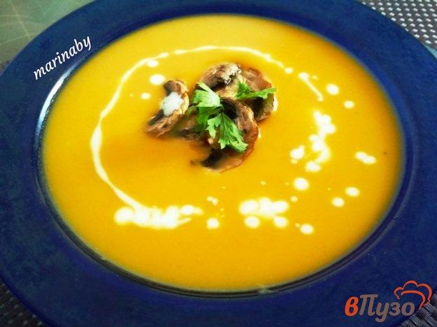 фото рецепта: Суп-пюре с тыквой, овощами и чипсами из шампиньонов