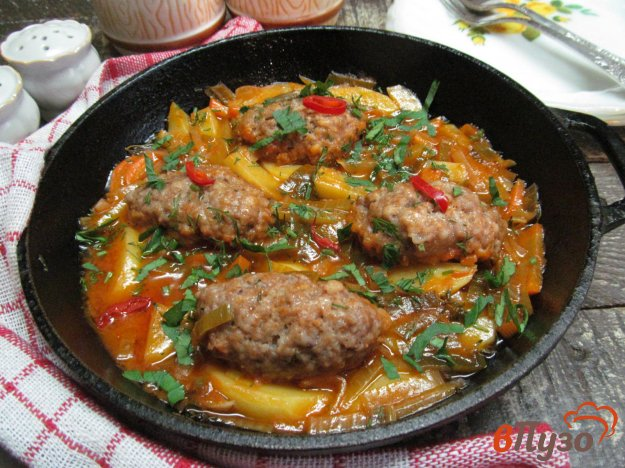 фото рецепта: Мясные колбаски на овощах
