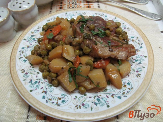 фото рецепта: Свинина с овощами и консервированным горошком в мультиварке