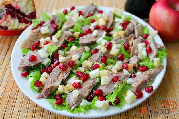 фото рецепта: Салат из утиной грудки с зернами граната и яблоком