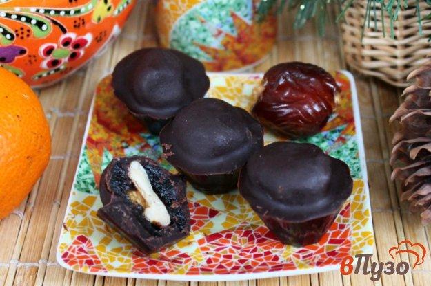 фото рецепта: Финики с орехом в шоколаде
