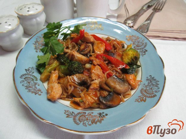 фото рецепта: Куриная грудка с вермишелью и овощами