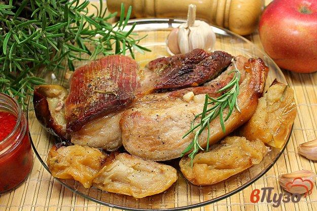фото рецепта: Грудинка с розмарином, чесноком и яблоками