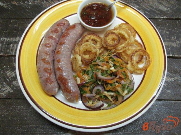фото рецепта: Свиные колбаски гриль с луковыми кольцами