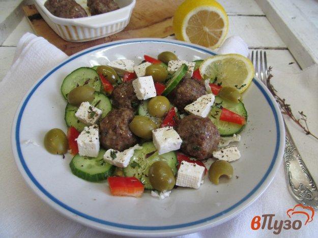 фото рецепта: Говяжьи фрикадельки с греческим салатом