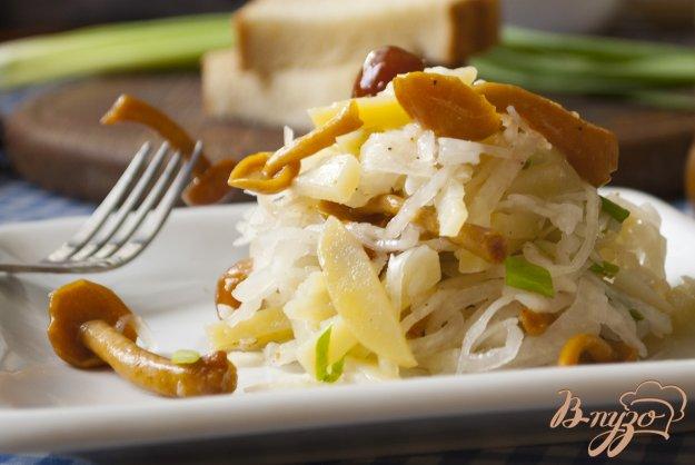 Рецепт Салат из квашеной капусты с маринованными опятами