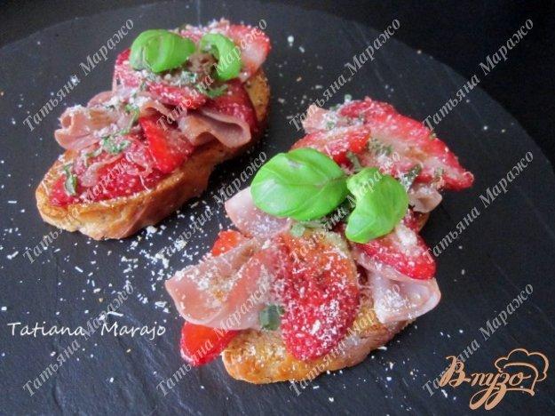 Рецепт Теплые тосты с клубникой и сухой ветчиной