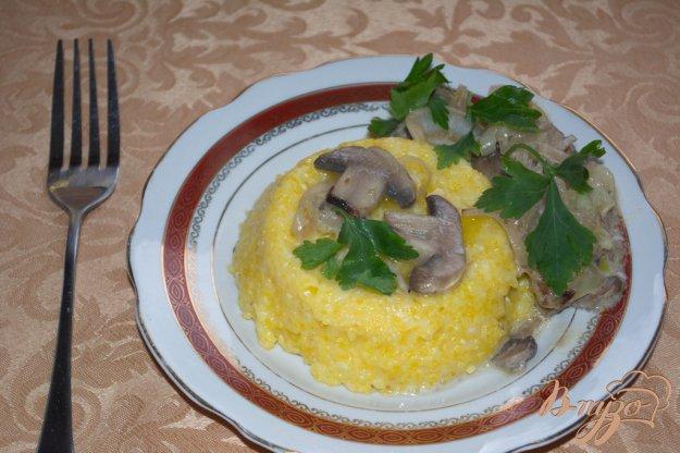 фото рецепта: Кукурузная каша с грибным соусом
