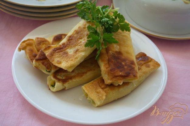 фото рецепта: Рулетики с сыром и брынзой из пресного теста