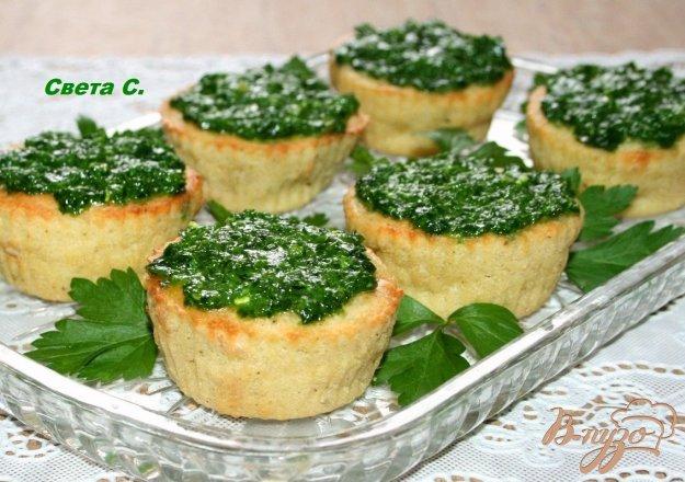 фото рецепта: Кабачковые маффины с кедровыми орешками с соусом