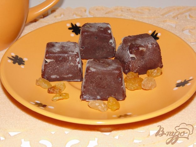фото рецепта: Домашний шоколад с изюмом на сливках и сливочном масле