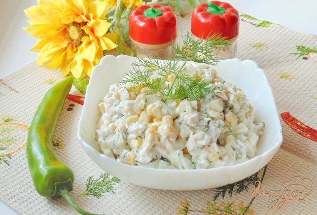 фото рецепта: Салат с куриной грудкой и кукурузой