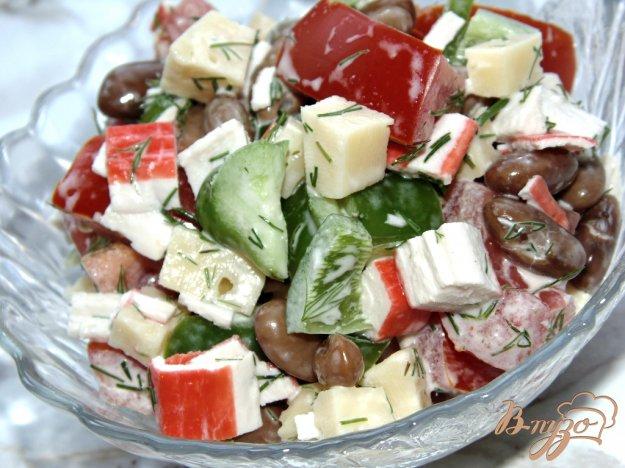 фото рецепта: Овощной салат с крабовыми палочками, фасолью и твердым сыром
