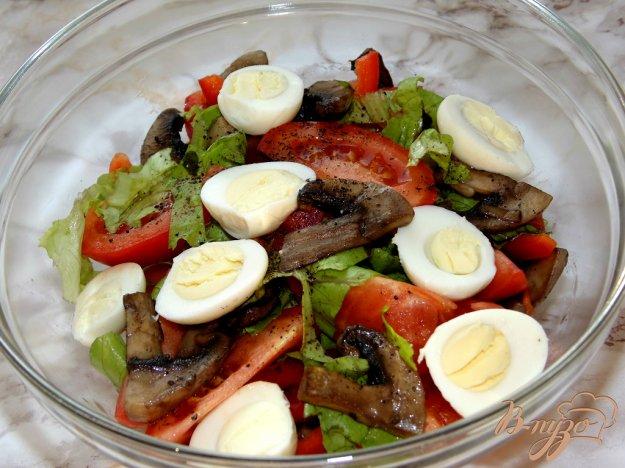 фото рецепта: Салат из помидоров с шампиньонами и перепелиными яйцами
