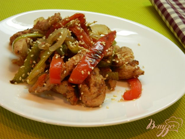 фото рецепта: Теплый салат из филе индейки, болгарского перца и лука