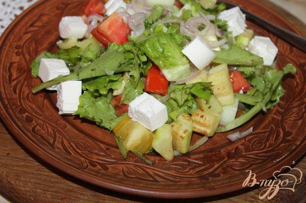 фото рецепта: Салат с жареными кабачками, салатными листьями и сыром